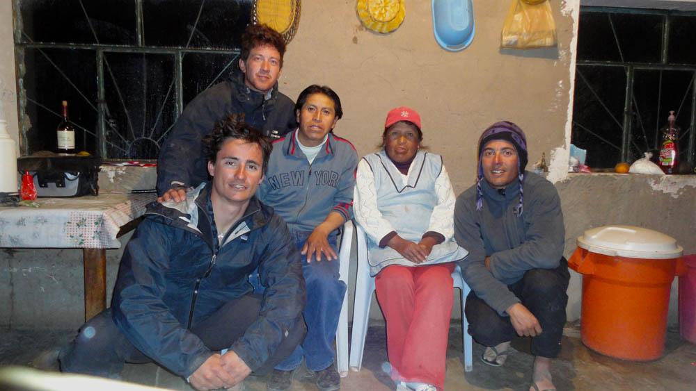 Coquesa, Bolivie. Juben et sa femme Marta nous accuillent pour manger un soir à la sortie du salar de Uyuni. Alors que nous sortons du salar les vélos plein de sel, il nous indique le coin du village avec de l'eau douce pour que nous puissions les rincer. Par la suite, il nous offrira du riz, du sucre et surtout de la bonne humeur autour d'un repas partagé