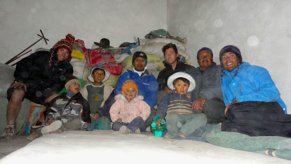 Tambo Tambillo, Bolivie. Sur la route de La Paz, il fait encore froid et au détour d'un village on nous offre la cuisine pour pouvoir éviter de dormir dehors. L'hospitalité bolivienne commence réellement à prendre forme.