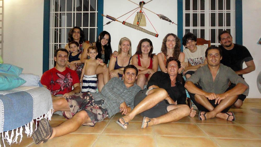 Porto Velho, Amazonie, Brésil. Sergio et Adriana nous invite dans leur superbe maison après avoir fait notre connaissance chez Edson. Lui est anthropologue et photographe amateur tandis qu'elle travaille dans le design et graphisme. Les amis et la famille se joignent à nous pour la dernière soirée avant notre entame de la transamazonienne...