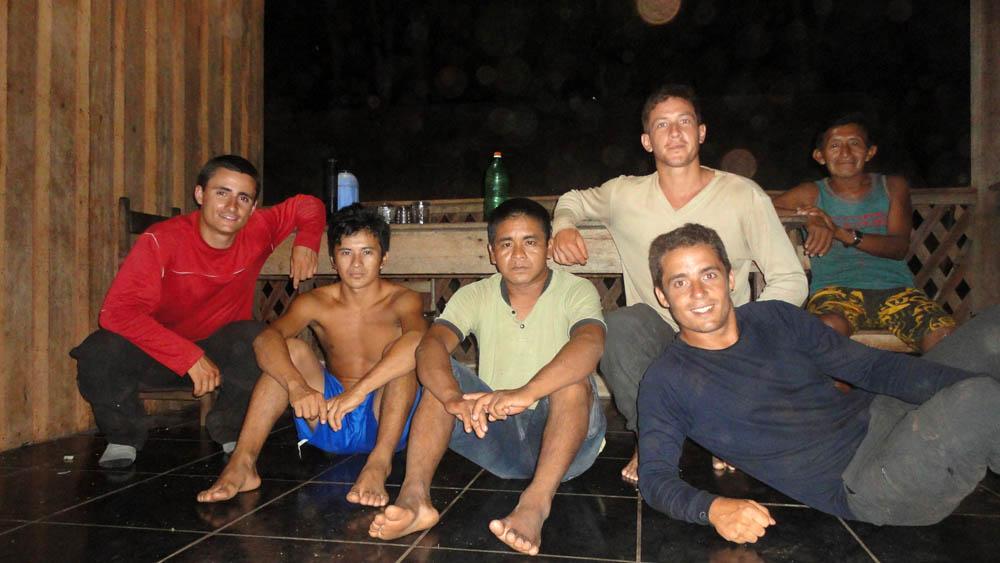 Village indien, Amazonie, Brésil. Dans ce petit village nous apprenons à connaître ceux qui vivent dans cette environnement si différent de ce que nous connaissons déjà. Nous passons deux jours et deux nuits chez eux et sommes surpris de devoir faire cette photo dans une pièce carrelée où se trouve une télévision... la mondialisation...