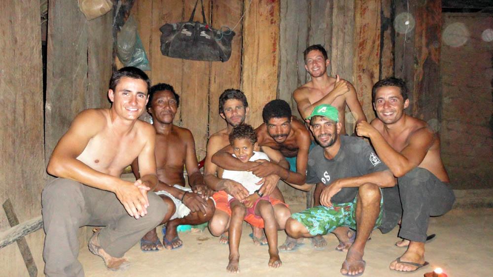 """Maison perdue, Amazonie, Brésil. Quelle belle surprise de trouver cette case alors que nous manquons d'eau, que le soleil frôle l'horizon et que nous sommes fatigués. Les deux Francisco, Anthonio et Divino acceptent de nous recevoir chez eux. Pendant les premiers instants nous ne sommes pas à l'aise avec ces """"durs"""", ces hommes hors du temps, mais après une petite heure l'atmosphère se détend. Puis nous mangeons tous ensemble, parlons de leur vie de fermier, de la jungle mais aussi de la France, du football... Anthonio va jusqu'à nous cuisine, au feu de bois, un succulent gâteau à base de manioc."""