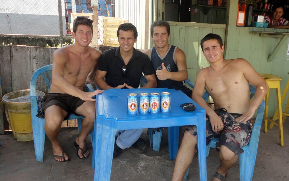 Alter do Chao, Brésil. Patrick est un américain expatrié au Brésil. C'est lui-même un ancien voyageur à vélo et à peine arrivons-nous à Alter do Chao qu'il nous offre son toit. Il est enseignant-chercheur envoyé par la NASA pour apporter sa contribution sur la nature et la richesse des sols. Avec son tempérament bien à l'américaine, il nous a accueilli chez lui pendant près de trois semaines. En plus de nous faire découvrir l'Amazonie environnante, il nous a mis dans la culture prononcée de la bière qui officie au Brésil. Yeeaaaaah !