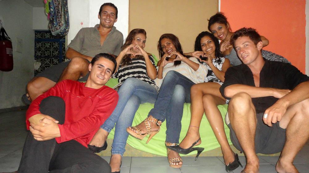 Manaus, Brésil. De gauche à droite, Narah, Tania, Kindreully et Gessika nous accueillent chez elle alors que nous préparons notre remontée vers le Venezuela. Narah et Tania sont les tantes de Kindreully et Gessika. Narah éduque ses deux enfants en parallèle d'une formation dans l'esthétique, Tania s'occupe de la gestion d'un hôtel et Kindreully futur étudiante en droits. Nous avons été merveilleusement accueillis pendant trois jours dans cette maison au fort accent féminin.