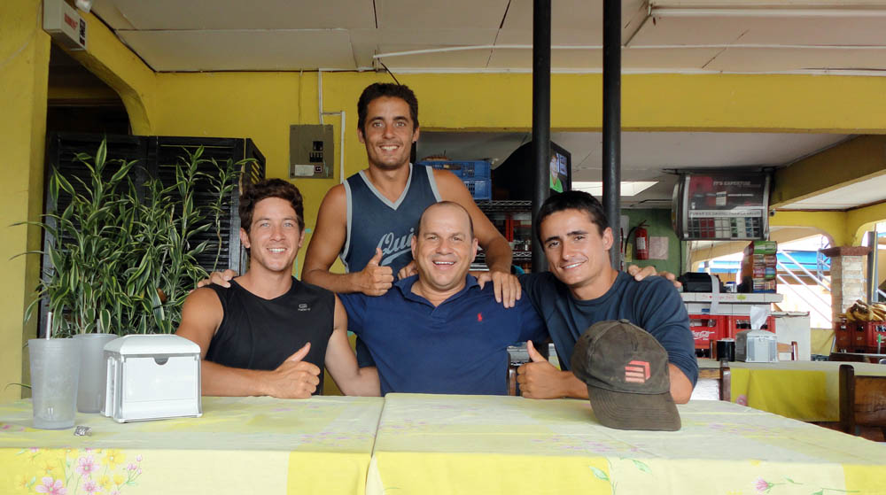 """Playa Hermosa, Costa Rica. Jorge, rencontré sur la route, nous invite à sa table. Il nous parle du Costa Rica, de la """"Pura Vida"""" et nous explique son travail d'entrepreneur. Il part régulièrement aux USA pour s'inspirer et reproduire le même schéma au Costa Rica. Et ça marche !"""