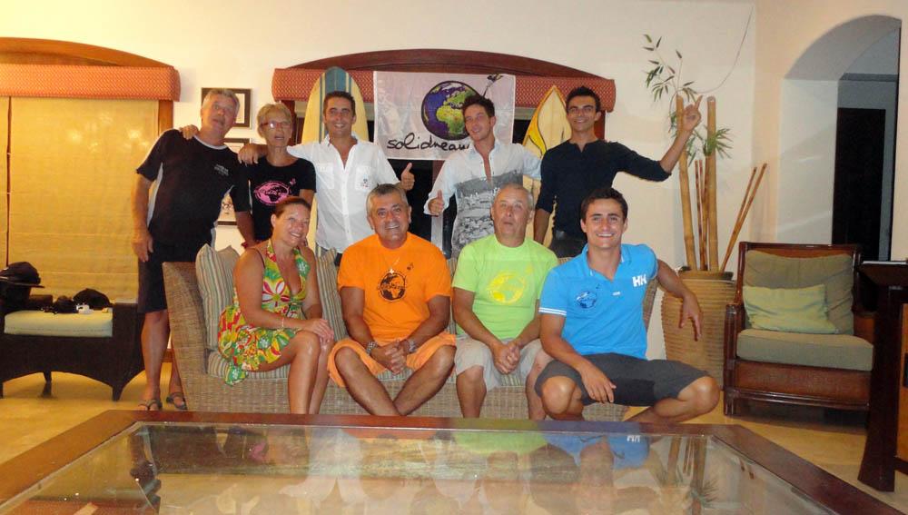 """Tamarindo, Costa Rica. Après plus d'un an, les parents et amis nous rejoignent au Costa Rica pour 3 semaines de Surf, Tourisme et fêtes. Jean-Marc se joint à nous pour la photo.Généreux et avenant, il est la première personne que nous avons rencontré en arrivant à Tamarindo avec nos vélos, avant que nos proches arrivent... il nous a donné tous les bons plans et nous a prêté 3 planches de surf pour nos 3 semaines de """"repos"""" ! Que dire de plus que Tant mieux!"""