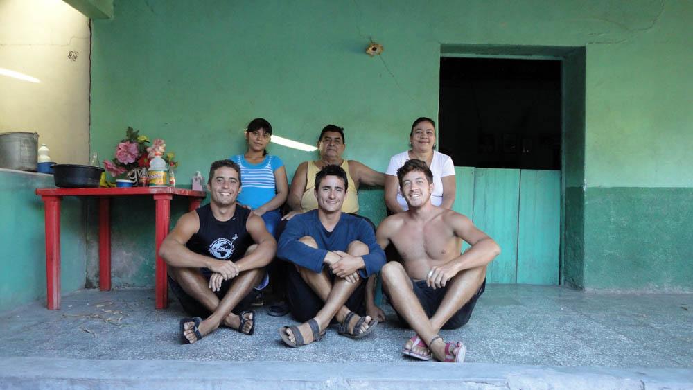 """San Rafael, Honduras. Hermelindo, Dora et Kimberley nous ouvrent les portes de chez eux. La jeune fille nous régale d'un superbe repas (salade, riz, haricots rouge, poulet) et nous passons la soirée à discuter avec le """"Dueño"""". Il nous parle comme si nous étions ses enfants et sa curiosité dévoile un grand intérêt pour notre projet."""