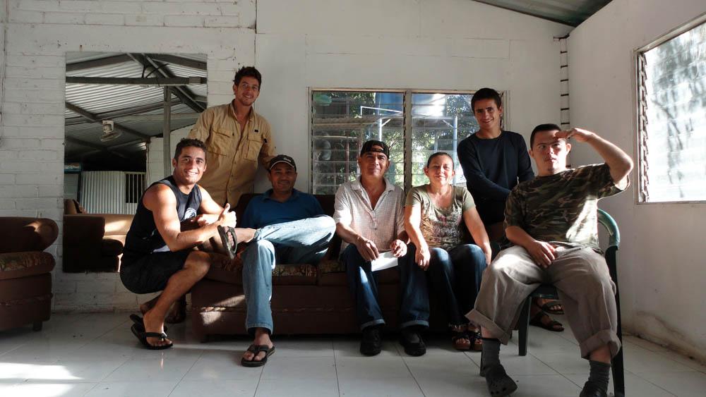 Village au Nord de San Miguel, El Salvador. Jousi Rivas, Rojerto, Doris et Jose Tito Molina prennent la pose avec nous. Jousi a vécu 25 ans aux USA et a décidé de revenir dans pays natal. Pourquoi ? Car il y retrouve le calme de la campagne, la chaleur et la sincérité des gens. Après le repas, il nous emmène promener dans le village à la rencontre de ses oncles, tantes et cousins. Un grand moment de partage.