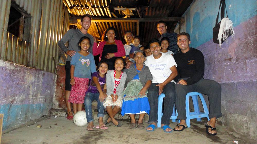 Alotenango, Guatemala. Nous roulions depuis des heures dans une montée interminable et sous une pluie violente. Vers 18h nous nous sommes arrêtés devant cette famille de guatémaltèques pour faire quelques courses et s'abriter un peu. Puis, tout naturellement nous nous sommes retrouvés chez eux, à montrer nos photos, dessiner une carte du monde pour leur expliquer ce que nous faisons, nous amuser avec les enfants... une soirée inoubliable.