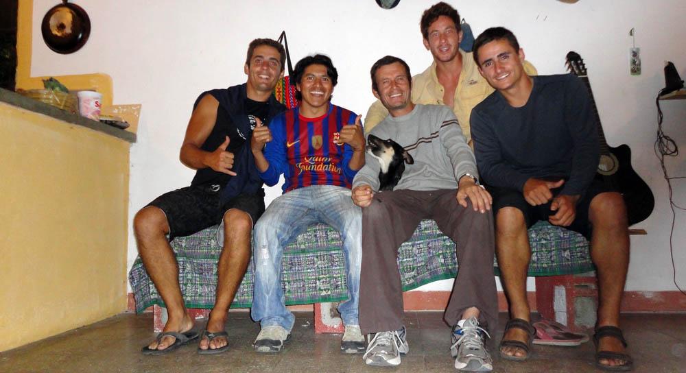 Panajachel, Guatemala. C'est Crhistian qui nous invite chez lui après avoir été contacté par Arnaud que nous avions rencontré à Antigua. Il semblerait que notre passage l'ait aidé à se lancer pour un Guatemala-Patagonie à vélo... affaire à à suivre
