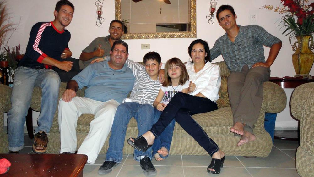 Guaymas, Mexique. Ramon, Patricia et leurs enfants. Contact obtenu grâce à nos SolidHosts précédents (il s'agit de la même famille). Jamon est ingénieur dans la technologie d'assistance médicale. Ses enfants, très curieux et sympathiques, nous offrent une bonne ambiance pour cette petite soirée passée au bord de la mer de Cortes où, paraît-il, les fruits de mer y sont excellents.
