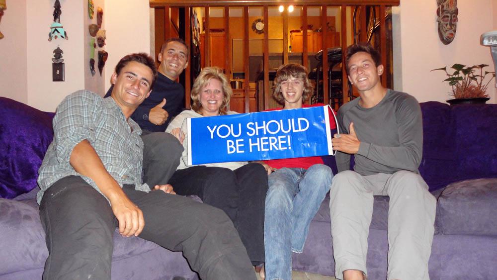 Tucson, Arizona, USA. Brenda, en compagnie de son fils Corben, est une couchsurfeuse avertie. Elle nous offre sa générosité autour d'une fête spéciale avec sa famille et ses amis à l'occasion du Superbowl. Quelle entrée pour nous aux USA ! Elle s'occupe d'une fondation dont le but est de lever des fonds pour les personnes en difficulté sociale dans la région. Elle gagne aussi de l'argent grâce à ses voyages, en travaillant à temps partiel pour le site http://www.worldadventures.biz/ qu'elle nous fait découvrir. Nous sommes tellement bien accueillis que nous profiterons d'un jour de repos.