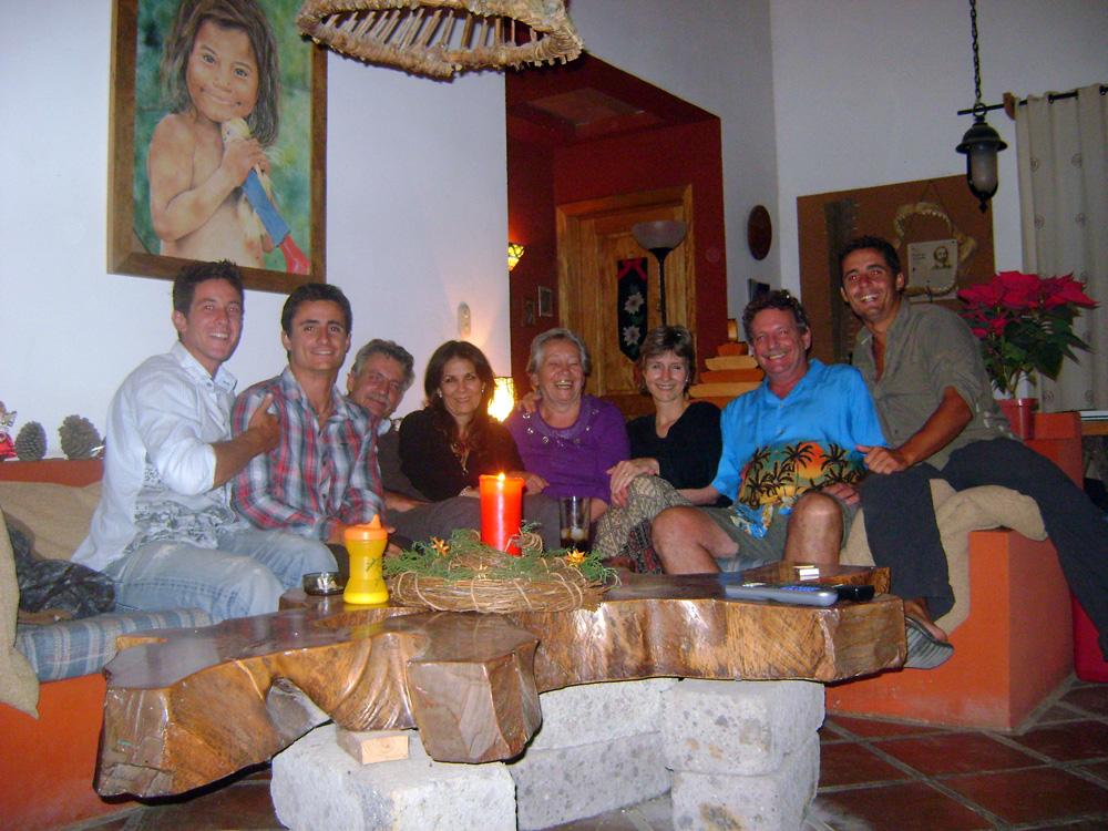 San Salvador, El Salvador. Le frère de Rainer, Gerd, et sa femme nous invitent chez eux après une très longue journée de vélo. Croyez le ou non, mais ce soir là nous avons eu le droit à une superbe fondue suisse. A quelques jours des fêtes de fin d'année, ce sera pour nous Nöel avant l'heure.