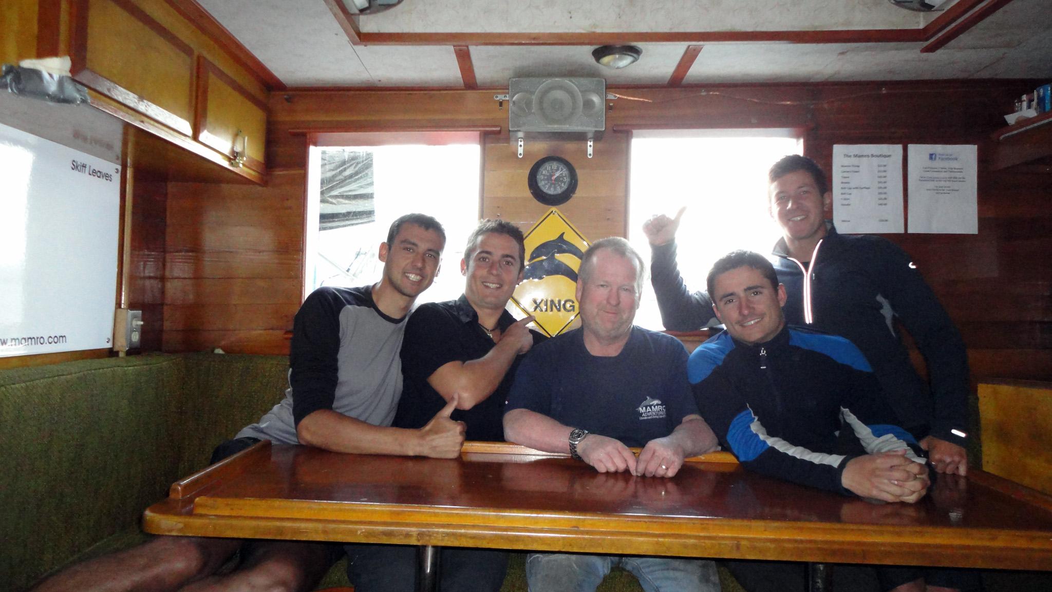 Dan, le propriétaire du Mamro Adventures, bateau qui offre des expéditions de plongée dans cette région, nous embarque depuis Port Hardy sur l'île Vancouver pour rejoindre le continent à Prince Rupert. Il nous évite ainsi le ferry à 200$/pers. Nous passons 5 jours incroyables à contempler les paysages magnifiques de cette partie de la côte Pacifique du Canada.