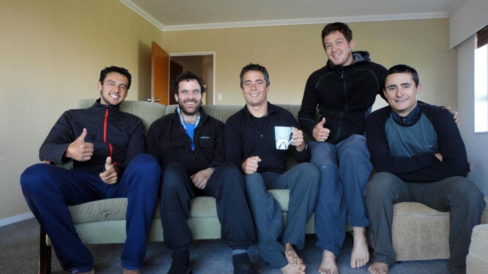 Matamata, Nouvelle Zélande : Alors que nous nous offrons une pause sur un banc le long de la route, Simon nous aborde et nous offre la possibilité de rester chez lui la nuit venue, après nous avoir offert une glace chacun. Nous acceptons avec joie et il nous fait visiter la ferme familiale qui produit pas moins de 10 000 à 12 000 L de lait par jour ! Il possède des vaches connues dans le monde entier pour leur rendement, qu'il vend parfois à l'étranger. Simon est un passionné de physique et nous discutons théorique le soir devant un bon repas qu'il nous a préparé.