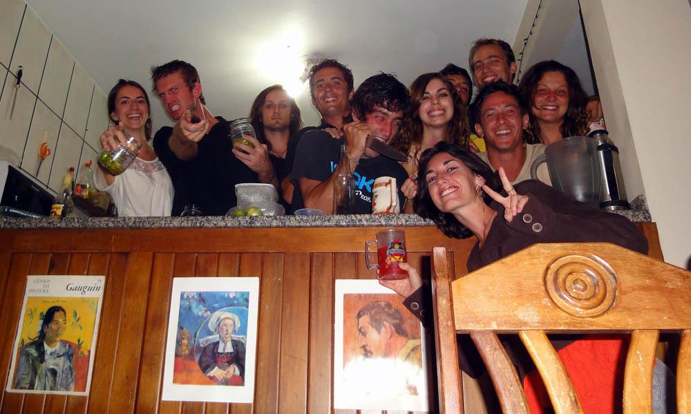 """Florianopolis, Brésil. C'est Trevor qui nous invite dans son """"auberge espagnol"""". Nous passons 3 jours avec des argentins, des brésiliennes, un américain, une lettonienne... soirée sur la plage et découverte des superbe plage de l'île de Florianopolis sont au programme..."""
