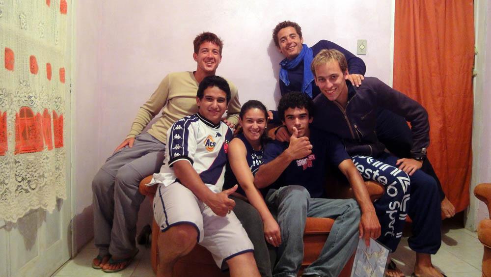 Imbituba, Brésil. Fabio, sa soeur et son petit ami, nous invient chez eux alors que nous tournons depuis de longues minutes dans ce village à la recherche d'un toît pour nous protéger de la pluie menaçante...