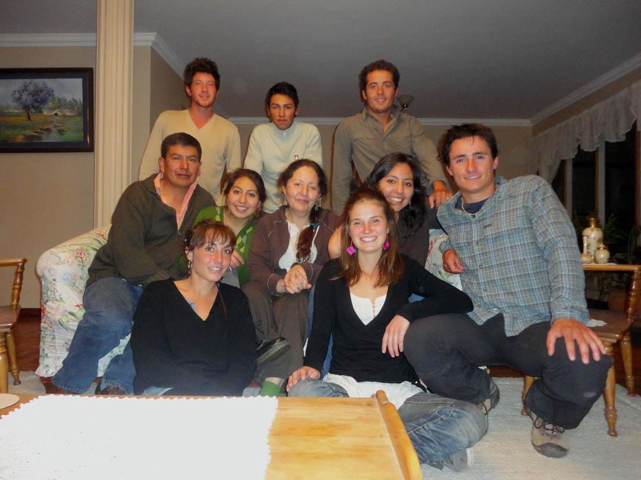 La Paz, Bolivie. Paloma et sa famille nous accueillent à La Paz pour un festin royal où tout le monde ira de son petit plat. En tant que français, nous avons proposé des crêpes bien sûr ! Elsa et Marie, qui nous hébergent à La Paz et qui étudient la médecine avec Paloma, sont de la partie.