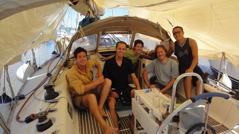 Buenos Aires, Argentina. Anne-Laure et Damien voyagent à la voile depuis la France. Ils nous invitent à les rejoindre sur leur bateau. Un super moment !