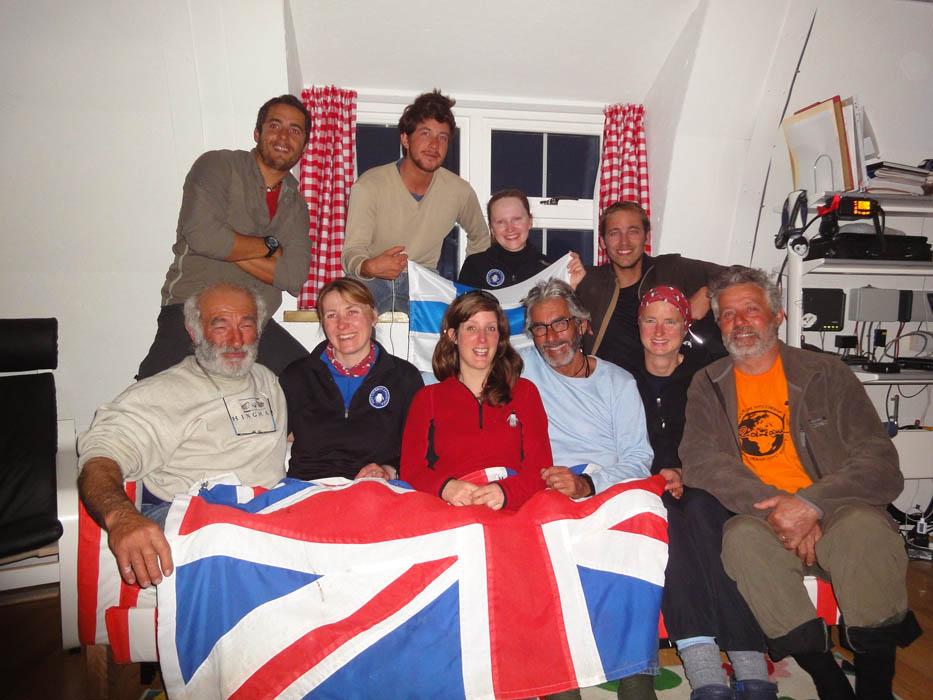 Port Lockroy, Antarctica. Ce sont 2 anglaises, une allemande et une finlandaise qui nous invitent dans la base de Port Locroy. Nous nous régalons de bon vin et de crêpes dans cette ancienne base baleinière aujourd'hui entretenue par une association anglaise et ainsi remise en parfaite état...
