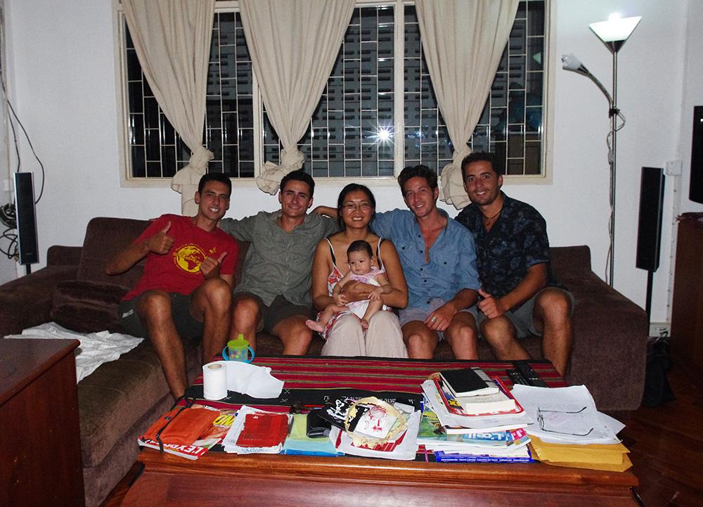 Vientiane, Laos : Thi-Von est une amie de la famille de Siphay. Elle accepte de nous accueillir chez elle dans la capitale du Laos pour quelques jours alors que nous faisons faire nos visas chinois pour la suite du voyage. Passionnée de cinéma, elle partage avec nous ses créations de films d'animation. Elle est professeur d'histoire-géographie au lycée français de Vientiane et nous invite pour présenter notre projet devant une classe de 6ème. Sa petite fille de quelques mois, Padmé, est là elle aussi et ne bronche pas du tout ! Adorable et joueuse, elle égaie notre séjour de sa bonne humeur.