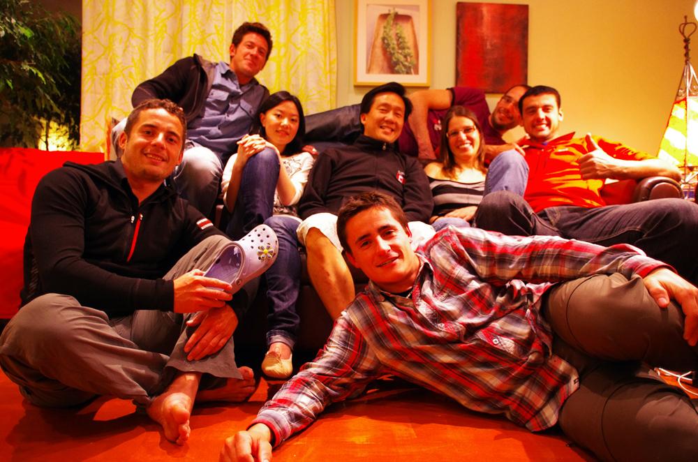 Rencontré 1 an plus tôt, en Patagonie, Arnaud et Anouk, en transit ici, nous ont invité à rester chez eux pour quelques jours à Vancouver. Finalement, nous sommes restés 3 semaines dans cette immense colocation, où séjournaient Allemand, Belges, Suisses, Chinois, Coréen et Français, menée de main de maitre par Nicholas, son propriétaire. Ce dernier prenait soin de nous comme si nous étions à l'hôtel; Nous nous occupions de son jardin, bricolions et travaillions un peu dans son garage en contre partie.Nous dormions soit sous la tente, plantée dans le jardin, soit sur les transats sous le patio, mais la journée pouvions profiter à volonté du confort de la maison.