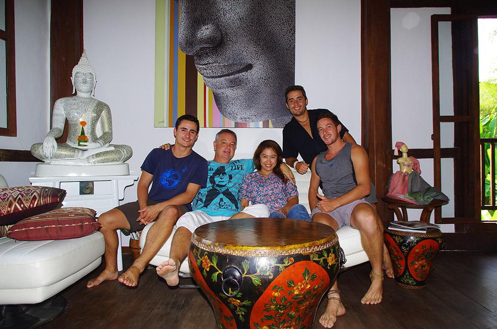 Luang Prabang, Laos : Jean-Marc et sa femme Dani respirent la joie de vivre à eux deux. Presque pas étonnant que, au détour d'un bar de Luang Prabang, accrochés par notre histoire, ils nous invitent donc pour un déjeuner dans leur somptueuse villa. Jean-Marc est un artiste qui a commencé sa vie comme backpacker en Thaïlande. Après s'être trouvé un talent de peintre (en plus de plein d'autres), il s'est fait un nom sur le marché de l'art et vous devriez aller jeter un œil sur ses toiles, ça vaut le détour : http://www.tribangha.com/. Nous passons de très agréables moments en leur compagnie.