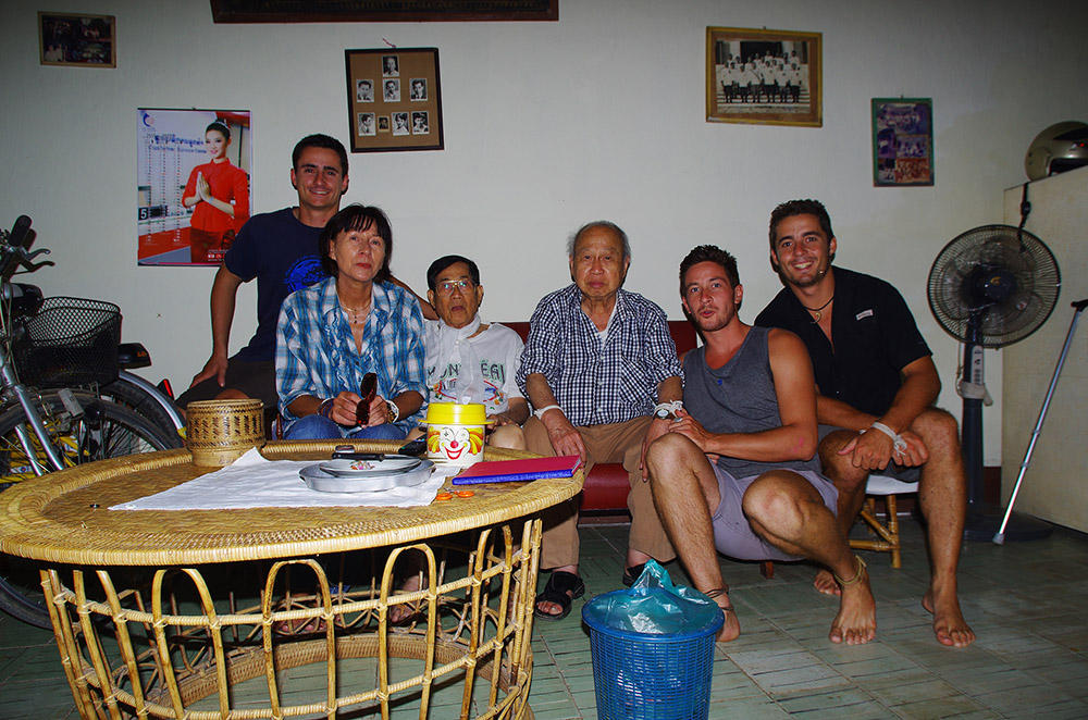 Souk, le grand père de Siphay, fait le déplacement pour nous rendre visite dans son pays natal. Il vit en France et c'est la quatrième fois qu'il retourne au Laos en 20 ans. L'événement est de taille et l'émotion au rendez-vous lorsque nous l'écoutons raconter ces histoires d'ancien. Ambassadeur, ministre (Cf photo en arrière plan), député… Souk a cumulé les titres et postes importants pour sa nation et c'est les yeux brillants qu'il nous explique toute la complexité des relations diplomatiques, du communisme, du rôle de la Chine ou du Vietnam dans l'histoire du Laos, de la corruption dans les hautes sphères de nos sociétés… Aujourd'hui, toujours attaché à faire la bien pour son peuple, Souk traduit des revues scientifiques du Français vers la Laotien pour permettre aux jeunes de son pays d'avoir un meilleur accès à la connaissance et l'éducation. Lek, le frère de Souk, vit toujours au Laos et nous héberge dans la maison familiale. Il n'a jamais voulu quitter son pays et s'est battu pour rester, même durant la période difficile de la fin des années 70 et des années 80. Son expérience dans les camps d'internement l'a marqué mais il reste silencieux sur ce sujet. Chansy profite de ce séjour exceptionnel où elle se retrouve aux côtés de son père et de son fils ainsi que son frère, sa sœur, ses cousins, ses tantes, ses oncles… dans le pays qui l'a vu grandir avant de partir vivre en France.
