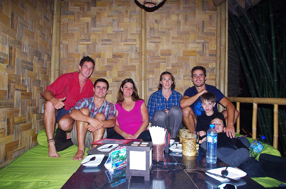 Luang Prabang, Laos : Nathalie est une canadienne tombée sous le charme de Luang Prabang et qui s'y est installée pour quelques années. Elle est la patronne d'un restaurant bien sympa, le « Dien Sabai » où elle nous a invités à manger après avoir découvert notre projet lors d'une présentation que nous avons animé dans un autre bar à elle : « La Pistoche ». Mathilde, à nos côtés, est une femme courageuse qui a décidé de partir en vadrouille avec ses deux enfants et 3 billets « tour du monde » en poche.