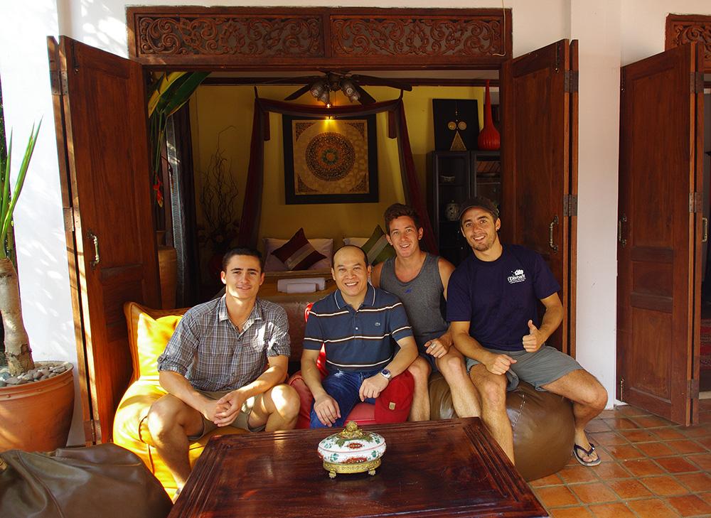 """Luang Prabang, Laos : Yannick est le cousin de Chansy (la mère de Siphay). Malgré être très occupé par ses restaurants, dont """"L'Éléphant"""" le plus fameux pour la cuisine française en ville: elephant-restau.com Une fois les familles parties, nous nous sommes retrouvés tous les 3 de nouveau en mode « SDF à vélo »… mais pas pour longtemps car Yannick s'est fait un plaisir de nous régaler pendant les quelques jours que nous prolongeons à Luang Prabang. Plateaux de fromage, vin rouge, pavé de bœuf au poivre vert, … sans oublier les apéritifs accompagnés de Pastis et whisky de choix. Nous passons des soirées mémorables, faisons de superbes rencontres et élargissons encore la famille Solidream. Yannick a poussé la générosité et l'hospitalité à son paroxysme. Merci."""