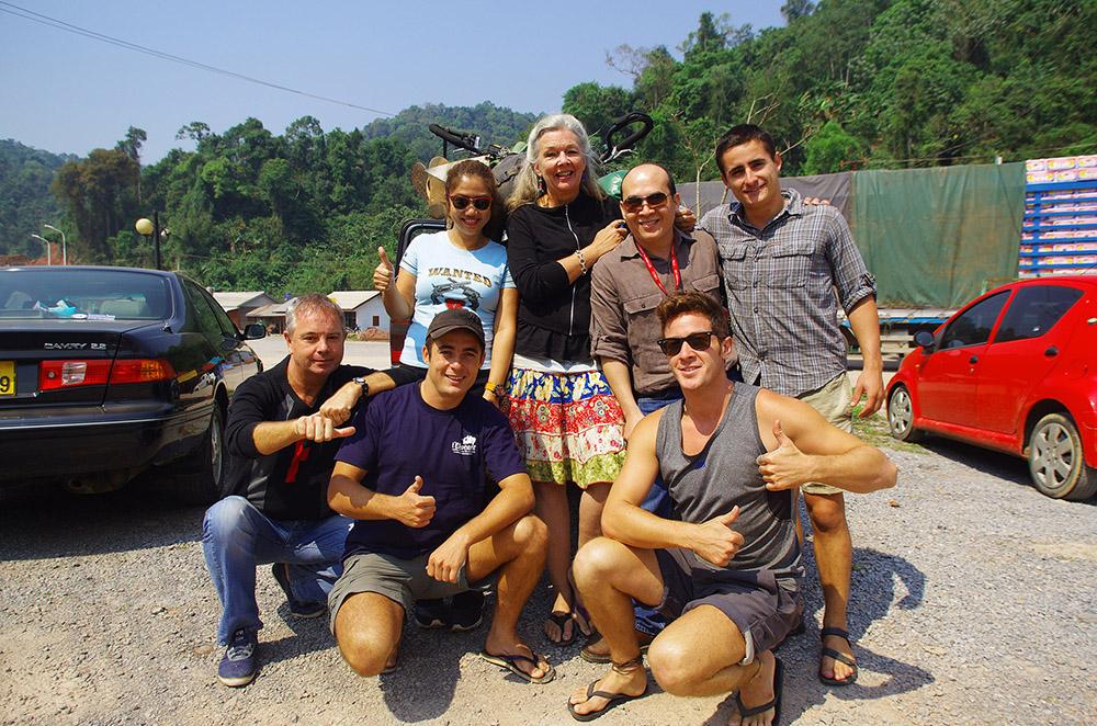 oten, Laos : Yannick, Jean-Marc, Dani et Suzy ont été nos ange-gardiens : nous étions trop limités en temps pour passer le week-end en ville à Luang Prabang avant de reprendre la route. Qu'importe, ils décident que nous resterons et nous emmènent en voiture avec les vélos dans la benne jusqu'à la frontière chinoise, 350 km plus loin ! De ce fait, ils nous ont offert un dernier week-end mémorable en leur compagnie ainsi que le partage d'un pique-nique convivial entre amis qu'ils sont devenus, dont seul Yannick a le secret.