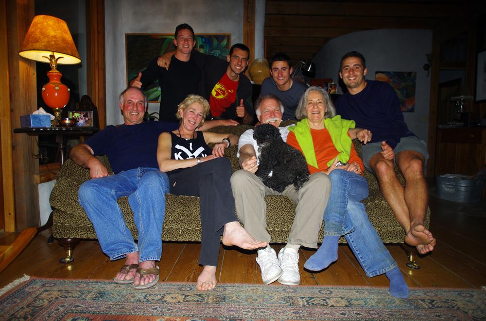 Morgan et sa famille vivaient sur leur voilier, ici même, il y a maintenant 22 ans, et les amis de la famille sont toujours là ! C'est grâce à Facebook que Morgan rentre en contact avec Brent et fixe une date de rendez-vous. Le 25 mai nous quittons Vancouver et partons sur l'île de Pender. Brent, Judy, Kevin et Michelle nous reçoivent, non sans émotions, so...us leur superbe maison en bois installée au coeur de la forêt… Nous passerons deux soirées à échanger sur notre passé commun, notre vie d'aujourd'hui et notre futur proche… la journée nous partons voir l'ancienne école de Morgan, les quais où étaient amarrés les bateaux ou encore les maisons que Claude et Daniel ont construit pendant leur année sur cette superbe île.