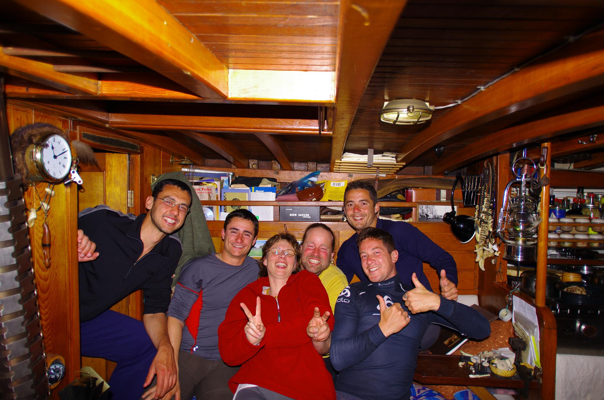 Alors que nous cherchons un bateau pour nous rendre sur le continent, Kai et Andrea, respectivement originaires de Suisse et d'Allemagne, nous offrent de passer quelques nuits sur un bateau de pêcheur sur lequel ils travaillent. Kai nous fascine avec ses histoires d'explorateur du grand nord alors qu'Andrea nous préparent des petits plats succulents. Pour une fois, nous nous taisons et écoutons leurs histoires fascinantes. Kai nous emmène même pêcher le crabe un soir!