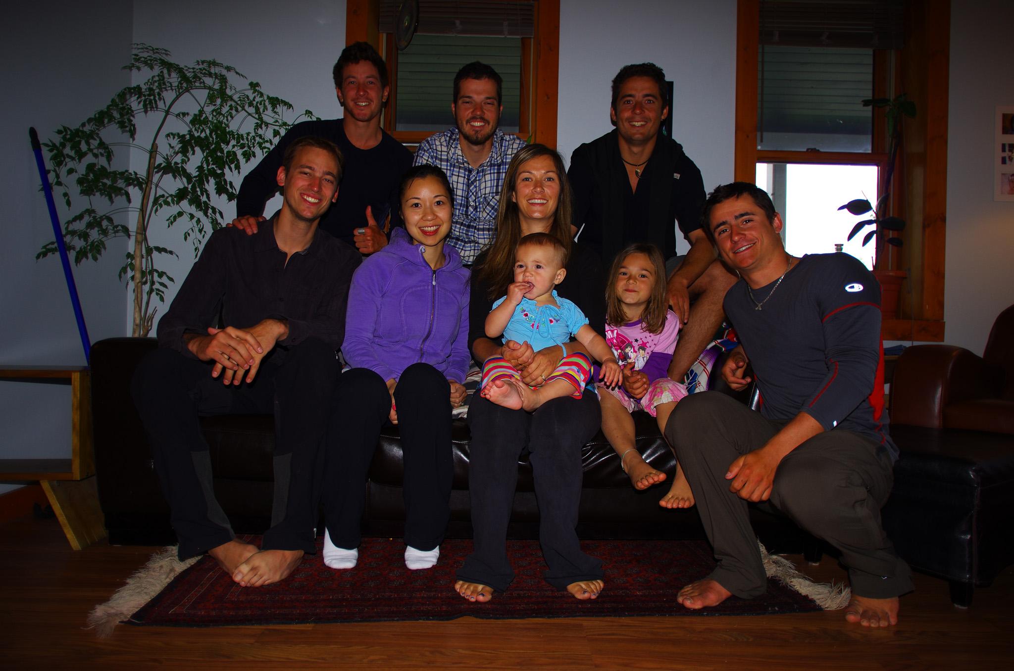 Etienne est en train de faire un parcours à vélo remarquable : parti depuis Innuvik au nord du Canada, il va se rendre à Ushuaia, ou nous étions il y a 18 mois (voir www.cycloexpeditionamericas.com/). Sur sa route, il s'arrête chez son cousin chez qui il nous invite à venir planter notre tente après notre périple en radeau sur le Yukon. Lisa nous offrira un délicieux repas le soir-même en compagnie de ses enfants, Alexis et son bébé de presque un an. Kim, gérante d'un hôtel dans la ville, nous offre deux nuits pour profiter de notre temps à Dawson les deux jours d'après !!
