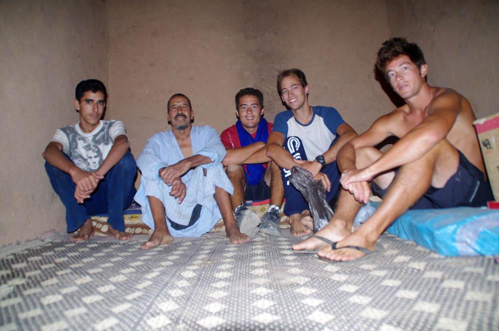 Guelmim, Maroc. A 30km au sud de Guelmim, nous passons la nuit chez une famille marocaine. Ils nous offrent le repas et nous repartons le lendemain avec 8 litres d'eau chacun.