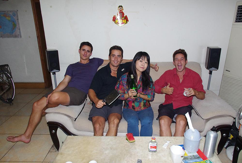 Chengdu, Chine : Jill, une couchsurfeuse, nous laisse l'ancien appartement de sa famille pour les jours que l'on a à passer à Chengdu pour nos soucis administratifs (renouvellement de passeport et de visa chinois). Une fille fun qui nous emmène dans les bons restaurants qui font la réputation culinaire de la ville ainsi que dans des bars bien sympas pour profiter à fond de cette mégapole de 14 millions d'habitants. Encore étudiante en économie internationale, elle a également de beaux projets de voyage en tête et c'est tant mieux !