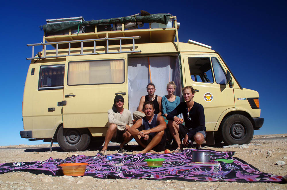Désert du Sahara, Maroc. En plein désert Anika et Daniel nous doublent puis s'arrêtent. Ils nous préparent une super salade et nous offre un moment magique. Manger un plat frais au milieu du désert après avoir roulé plus de 100km sous le soleil...