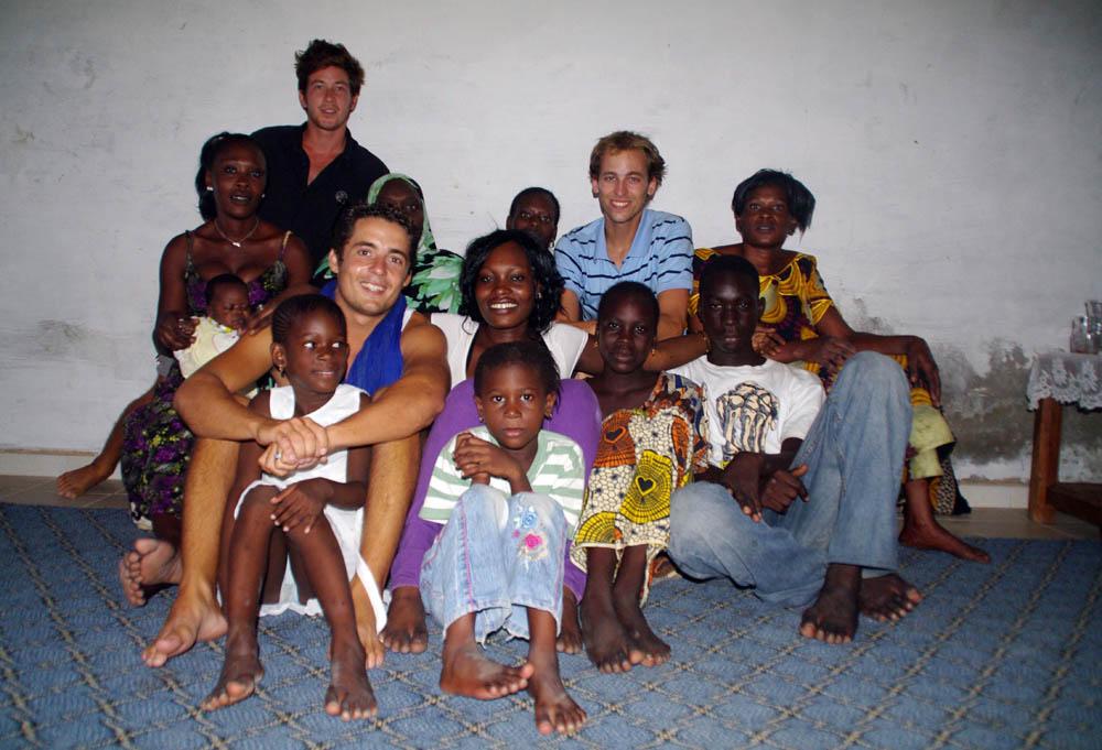Saint Louis, Sénégal. Mamy et sa famille nous offrent un moment de vie locale. Les hommes sont partis travailler, et nous ne nous plaignons pas de cette compagnie exclusivement féminine :)