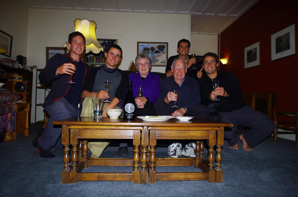 Te Puke, Nouvelle Zélande : Val et Richard nous accueillent comme de rois ! Arrivés chez eux le 29 Août dernier, nous fêtons nos deux ans de voyage sous leur toit, et avec une coupe de champagne s'il vous plaît ! Que de repas succulents sortis tout droit de leur ferme nous avons pu goûter chez eux ! Richard est le pro de l'Irish coffee alors que Val transmet sa passion pour la cuisine directement ...See More