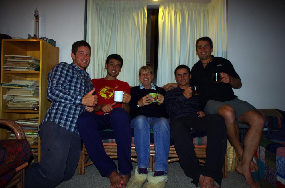 Turangi, Nouvelle Zélande : Johanna nous prête son toit, bienvenu dans les hauteurs de l'île du Nord de la Nouvelle Zélande. Maintenant retraitée, elle officiait dans le secteur d'aide à la personne. Membre active du site web Couchsurfing, elle a accueilli près de 600 personnes chez elle ! Elle fait preuve de solidarité dans notre challenge de la Tongariro River en nous déposant en voiture au pied des rapides que nous affronterons avec nos bodyboards.