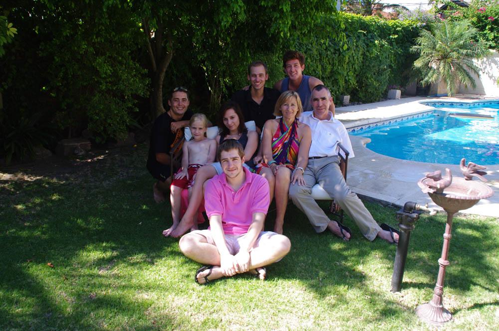 San Fernando, Province de Buenos Aires, Argentina. Brigitte, Jean-Yves, Léa, Laurène et Guillaume nous accueillent chaleureusement et généreusement dans leur magnifique maison à 30km à l'Ouest du centre de la capitale.
