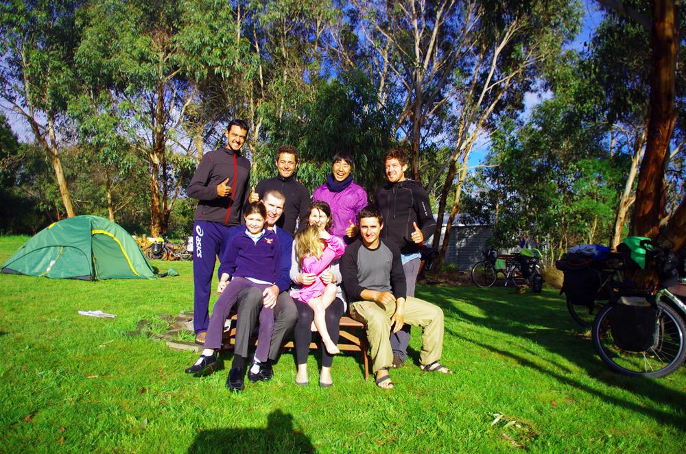Port Campbell, Australie : Alex et sa femme nous ont gentiment invités à planter notre tente dans leur jardin. Alors que nous arrivons un peu tard à Port Campbell après avoir admirés les falaises magnifiques de la Great Ocean Road, Alex vient à notre rencontre pour nous proposer le gîte chez lui. Ils ont vadrouillé des mois en Europe à vélo et font donc partie du cercle solidaire des voyageurs à vélo. Nous aurons même droit à une petite bière autour d'un feu. Ce sera une première tous ensemble avec Koya, notre ami japonais