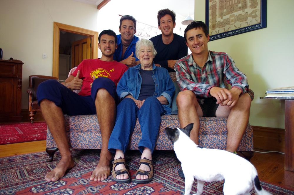 Adélaïde, Australie. Shirley est un contact qui nous a été donné par Joanna, une couchsurfeuse de Nouvelle Zélande. Elle a accetpé de recevoir notre matériel nécessaire à notre traversée de l'Outback australien : la remorque Aevon que nous utiliserons ainsi que 4 kites et harnais pour notre challenge de kitebikes. Elle nous invite à passer la nuit chez elle alors que nous ouvrons nos cartons comme des enfants devant des cadeaux de Noël… Elle est aujourd'hui retraitée. Octagénaire, elle nous raconte comment l'Australie a vécu la seconde guerre mondiale et comment elle l'a vécue. Nous nous taisons quand elle parle, puis posons plein de questions en profitant de ce témoignage rare. En échange de son hospitalité, nous cuisinons un bon repas pour tout le monde !