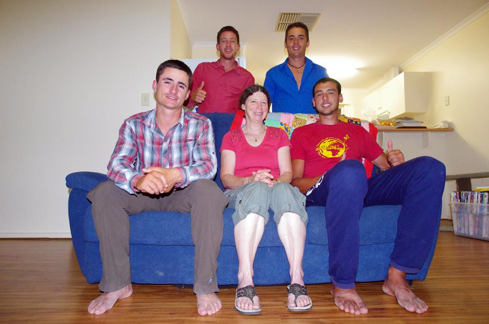 Roxby Downs, Australie : Alors que nous sommes à Port Augusta, dernière « grande » ville avant Alice Springs au milieu du désert 1400 km plus loin, nous faisons la rencontre de Cathy chez un garagiste. En ce dimanche ensoleillé, ce dernier a bien voulu ouvrir son atelier exprès pour effectuer une soudure en urgence sur la selle de Siphay. C'est à ce moment que nous faisons la connaissance de Cathy, qui nous propose de nous héberger une nuit chez elle 300 km plus loin. Motivé par l'idée de savoir qu'une maison nous attend, nous faisons la distance en moins de 24h. Cathy, qui travaille en tant que conductrice d'engin au fond d'une mine, nous régale d'un bon barbecue ainsi que de précieux conseils concernant la piste que nous comptons prendre durant 600 km.