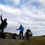 """C'est le 02 mars que nous quittons Ushuaia, après avoir déposé Bertrand à l'aéroport... Plus de 2 mois sans pédaler, un moral quelque peu affecté, une selle mal réglée, le froid qui s'installe avec un vent violent et enfin une première journée de 40km de côte ont eu raison du genou de Morgan. Afin de ménager son articulation tout en continuant d'avancer nous décidons de tenter le """"Vélo-Stop""""... et ça marche !!!"""