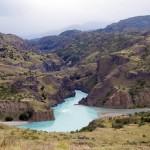 Nous roulons dans un décor magique, les rivières naissant des glaciers situés sur les montagnes environnantes sont d'un bleu surnaturel … Nous contemplons…