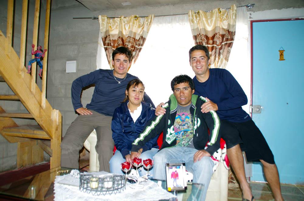 Calama, Chili. Cristian nous acceuille avec sa femme Cathy. Il exerce le métier difficile de mineur, il travaille 10 jours dans la mine pour se reposer les 10 jours suivants. Ils nous ont accueilli chaleureusement et n'ont pas hésité à nous préparer à manger avant la route difficile vers San Pedro de Atacama.