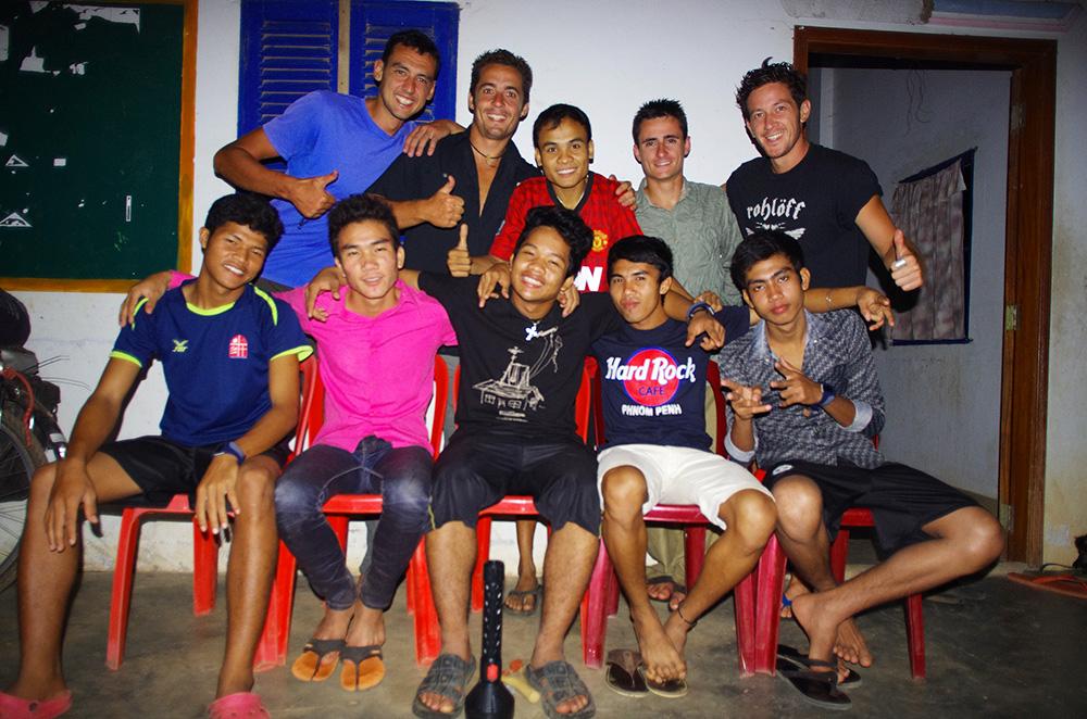 Bak Chan, Cambodge : La nuit est tombée et nous ne savons pas où nous allons dormir, en banlieue de la capitale cambodgienne. Alors que nous recherchons à manger, et qu'il commence à se faire tard, un local vient nous aider, et part demander à l'établissement d'en face. Finalement, des dizaines d'enfants viennent à notre rencontre et le plus vieux discutent en anglais avec nous pour nous informer que l'on peut dormir dans la petite église juste à côté d'où ils logent. Nous apprenons beaucoup de leur vie à l'orphelinat. Noun Nam, Kem Vanda, Thren Chantou, MaoDy, Sun Sambath et Sam JaneSo nous accueillent chaleureusement et nous partageons avec eux nos vidéos qu'ils nous ont dit vouloir montrer le dimanche suivant à tous les enfants de l'orphelinat ! Une rencontre hors norme une nouvelle fois.