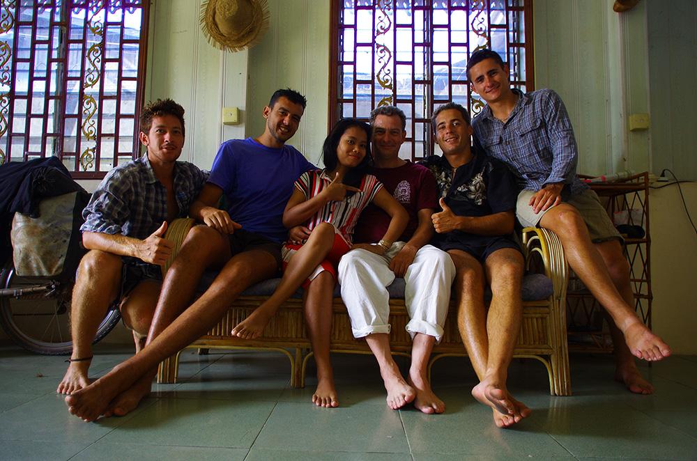 Kampong Cham, Cambodge : Nous arrivons à Kampong Cham et ne savons pas encore où nous allons dormir. Alors que Siphay et Etienne recherchent un endroit convenable où installer nos hamacs proche de la ville, ils font la rencontre de Hugues et sa femme Lisa. Hugues est un français, kinésithérapeute / osthéopathe de formation et aussi quelqu'un qui a voyagé beaucoup d'années en Asie. Il a profité de ces années pour apprendre les médecines traditionnelles asiatiques (comme le massage thaï par exemple) et disposer d'un savoir faire unique qu'il rapporte de temps à autres en France. Lisa l'accompagne et à deux ils forment un beau duo de voyageurs. Grâce à Lisa, nous avons pu aussi avoir un panel large et surtout délicieux de la cuisine cambodgienne à chaque repas !
