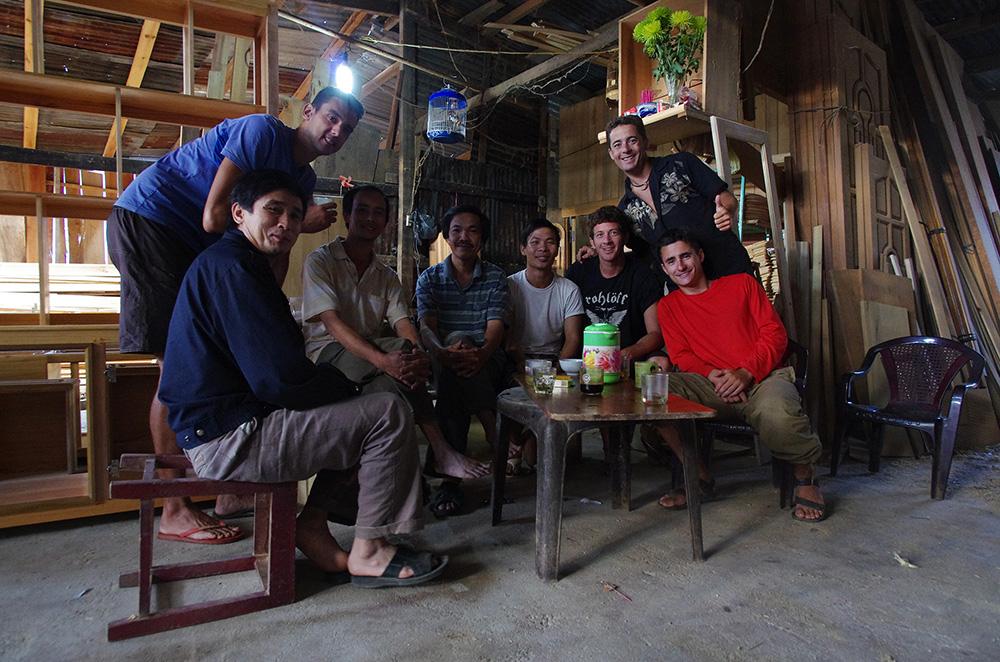 Đắk Glei, Vietnam : Après la fête arrosée avec lui et ses acolytes, Mérica, avec qui nous avions échangé le plus durant la soirée car il parlait un peu anglais, nous laisse dormir « chez lui », c'est-à-dire dans l'atelier de confection de poutres en bois plein de poussière et de sciure… Au moins nous avons un toit ! Sauf qu'au beau milieu de la nuit, un camion débarque pour charger une trentaine de ces poutres qui remplissent la salle. Et nous, encore entamés de la soirée, allons poser notre bâche et duvets un peu plus au fond de la salle dans un vacarme assourdissant… Le matin, ils nous offrent un délicieux café viêt avec les ouvriers de l'entreprise et nous repartons sur nos vélos.