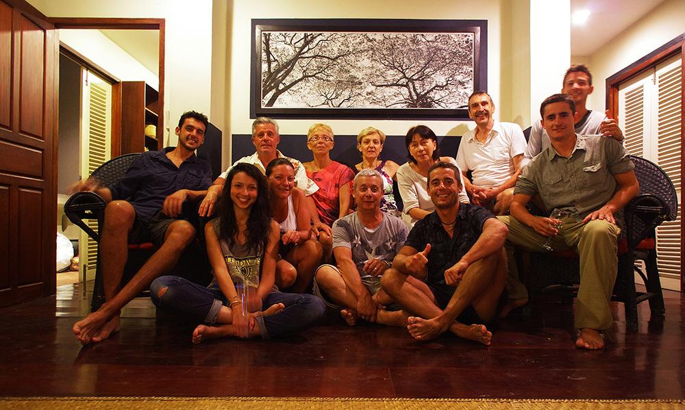 Luang Prabang, Laos : Toute la famille est venue de France pour nous rendre visite dans cette ville mythique. Même une amie, Paloma, a fait le déplacement. Ensemble, nous profitons d'une grande pause dans ce voyage pour nous ressourcer auprès de nos parents et amis. Le luxe d'avoir sa famille à portée quand ils nous ont aussi souvent manqués est incommensurable. Ginette & Jean-Pierre, Claude & Sylvie, Christian & Agnès et enfin (et surtout) Chansy nous ont bien régalés pendant ces deux semaines à Luang Prabang. Chansy a grandement contribué à organiser ces retrouvailles afin que tout le monde passe un excellent séjour. Beaucoup de personnes de la famille de Siphay ont également fait le déplacement de France mais nous ne pouvions pas mettre tout le monde sur la photo
